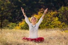 Moça contratada na ioga Foto de Stock Royalty Free