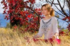 Moça contratada na ioga e na meditação Imagens de Stock Royalty Free