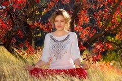 Moça contratada na meditação Imagens de Stock