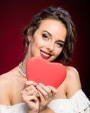 Moça da beleza com coração do Valentim Imagens de Stock Royalty Free
