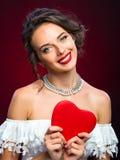 Moça da beleza com coração do Valentim Fotografia de Stock