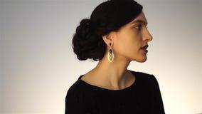 Moça da beleza com penteado curto video estoque