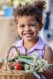 Moça de Adroable no mercado dos fazendeiros fotos de stock