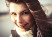 Moça de sorriso com cabelo longo fotos de stock royalty free