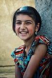 Moça de sorriso com a faixa na rua imagem de stock royalty free