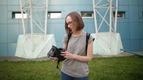 Moça de sorriso com o cabelo curto que guarda vidros da realidade virtual em um fundo azul na noite Realidade virtual vídeos de arquivo