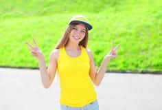 Moça de sorriso feliz que veste um tampão e um t-shirt imagem de stock royalty free