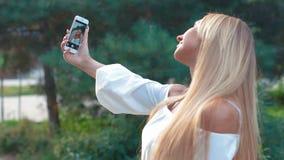 Moça de sorriso que faz o selfie video estoque
