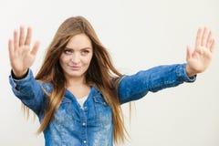Moça de sorriso que mostra o gesto fotografia de stock