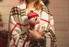 Moça do ano novo com humor do feriado no interior do Natal com árvore e os brinquedos decorativos engraçados Imagens de Stock