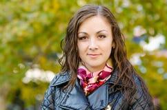 Moça do retrato em um fundo das folhas de outono Fotos de Stock Royalty Free