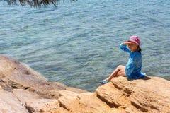 Moça do turista na costa egeia da península de Sithonia imagem de stock
