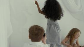 Moça dois em casa que joga com sombras vídeos de arquivo