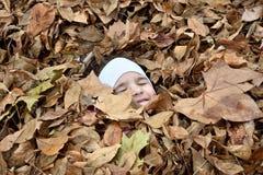 Moça e as folhas de outono Fotografia de Stock Royalty Free