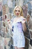 Moça e parede da rocha Imagem de Stock