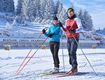 Moça e um treinamento na arena do Biathlon de Cheile Gradistei - esqui do menino do corta-mato Imagens de Stock