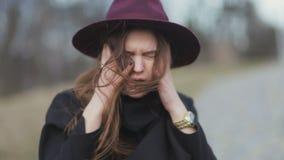 A moça elegante é andry com seu cabelo no tempo ventoso Retrato exterior do estilo da moda da forma filme