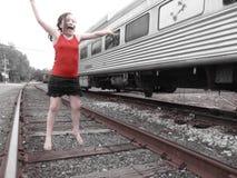 Moça em trilhas do trem fotografia de stock