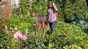 Moça em um jardim video estoque