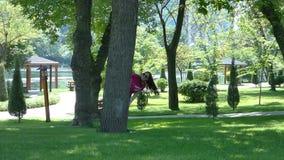 Moça em um parque pitoresco filme