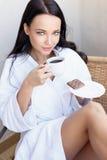 Moça em um roupão branco com xícara de café foto de stock