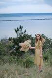 Moça em um vestido amarelo Imagem de Stock Royalty Free