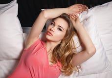 Moça em um vestido cor-de-rosa 'sexy' imagem de stock