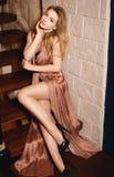 Moça em um vestido 'sexy' do ouro imagens de stock