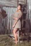 Moça em uma posição clara do vestido do verão imagens de stock