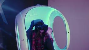 Moça entusiasmado que aprecia a atração da realidade virtual filme