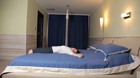 A moça era cansado após o trabalho Quedas na cama Colchão macio sono vídeos de arquivo
