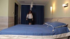 A moça era cansado após o trabalho Quedas na cama Colchão macio sono video estoque