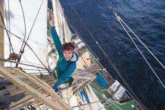 A moça escala a fragata do mastro Foto de Stock