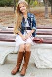 A moça está jurando botas e vestido Imagens de Stock
