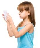 A moça está usando a tabuleta imagens de stock