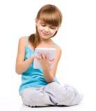 A moça está usando a tabuleta foto de stock