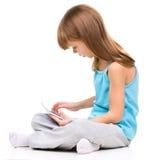 A moça está usando a tabuleta imagem de stock