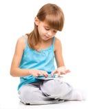 A moça está usando a tabuleta foto de stock royalty free
