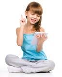 A moça está usando a tabuleta fotografia de stock royalty free