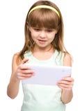 A moça está usando a tabuleta fotos de stock royalty free