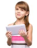 A moça está usando a tabuleta imagem de stock royalty free