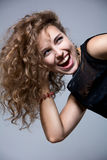 A moça expressa violentamente suas emoções alegres Fotografia de Stock