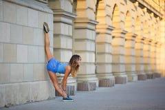 A moça faz o baixo equilíbrio Foto de Stock Royalty Free