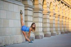 A moça faz o baixo equilíbrio Imagem de Stock