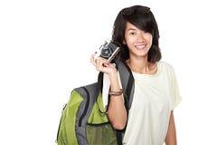 Moça feliz com a câmera do vintage que vai em férias foto de stock