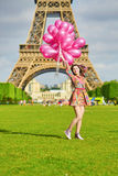 Moça feliz com grupo enorme de balões cor-de-rosa fotografia de stock