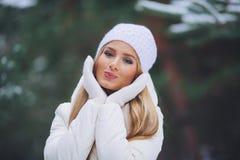 Moça feliz na floresta do inverno Fotos de Stock Royalty Free