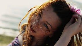 Moça feliz no cabelo da agitação da praia in camera Sea Dia ensolarado do verão Sorriso filme
