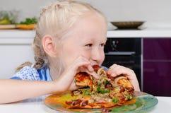 Moça feliz que come a pizza imagens de stock royalty free