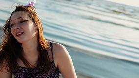 Moça feliz que corre na praia Sorriso na câmera Sea Dia ensolarado do verão filme
